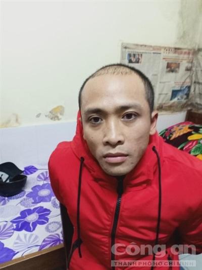 Nguyển Quốc Hùng bị cảnh sát ập vào nhà bắt giữ trong sự ngỡ ngàng