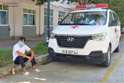 Ông Đoàn Ngọc Hải cùng xe cứu thương tại khuôn viên của BV Ung Bướu Đà Nẵng để chờ đưa bệnh nhân về quê.