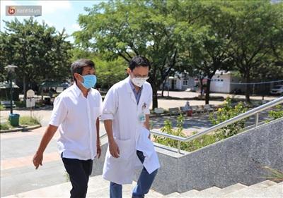 Đại diện BV Ung Bướu Đà Nẵng ra mời ông tham quan bệnh viện và thông báo cho bệnh nhân nghèo có nhu cầu về quê miễn phí.