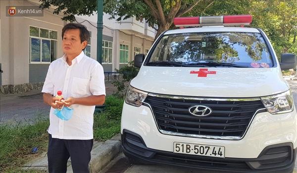 Xe cấp cứu của ông Hải đi tới đâu cũng được người dân chào đón và chia sẻ hình ảnh đẹp về ông.