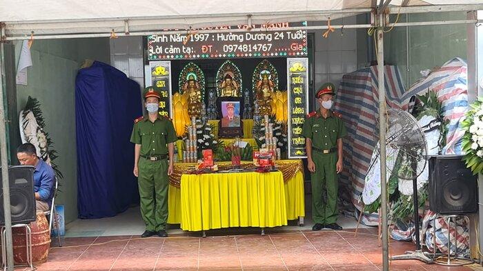 Người thân lo tang lễ cho Thượng sỹ Nguyễn Văn Mạnh hy sinh khi làm nhiệm vụ.