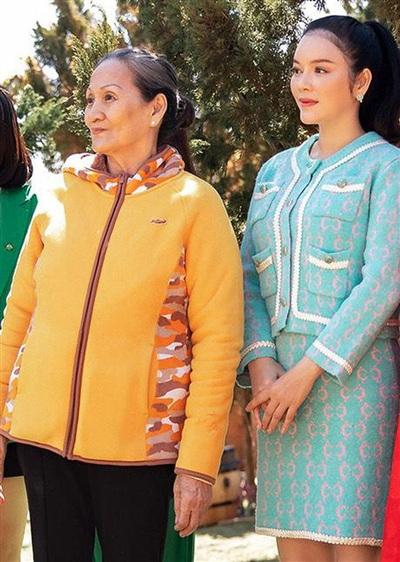 Cô Hòa mặc giản dị trong buổi khai trương dự án triệu USD của con gái.