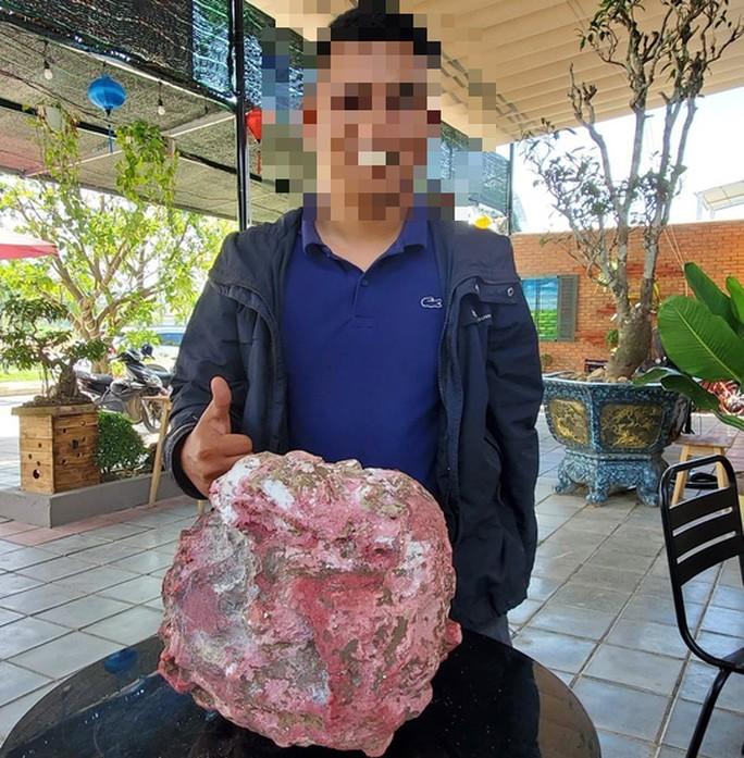 Chủ nhân của khối đá đỏ nghi Long diên hương. Ảnh: Người Lao động