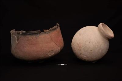 Các thành viên trong gia đình người phụ nữ đã đặt quanh thi thể cô những món đồ gốm.