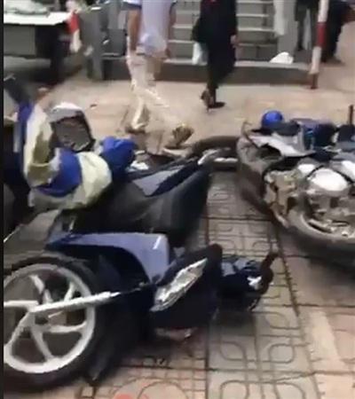 Xe máy của cả gia đình bị vứt chỏng chơ trên vỉa hè
