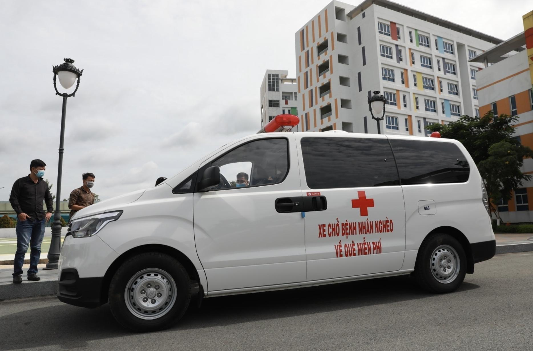 Chiếc xe chở bệnh nhân nghèo về quê miễn phí của ông Đoàn Ngọc Hải.