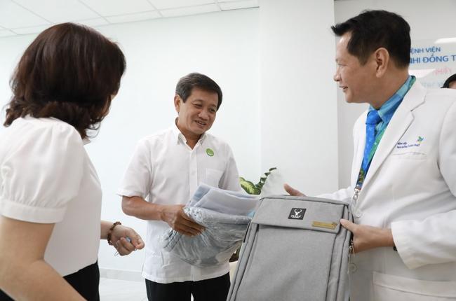 Giám đốc BV Nhi đồng Thành phố cảm kích tấm lòng của ông Đoàn Ngọc Hải.