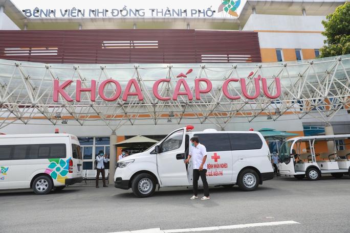 Xe ông Đoàn Ngọc Hải tại Bệnh viện Nhi Đồng Thành phố đưa 2 bà cháu neo đơn về quê