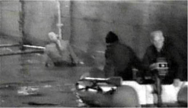 Thi thể Calvi có khả năng bị cột vào gầm cầu Blackfriars khi nước lên để giả hiện trường treo cổ tự sát