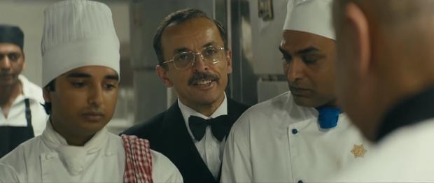 Vai quản gia Jamon của Alex trong Hotel Mumbai