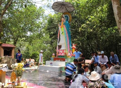 Nhiều người dân đến cúng viếng tại tượng Bà.