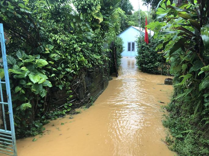 Nhiều khu vực tại thị trấn Prao, huyện Đông Giang bị ngập nặng