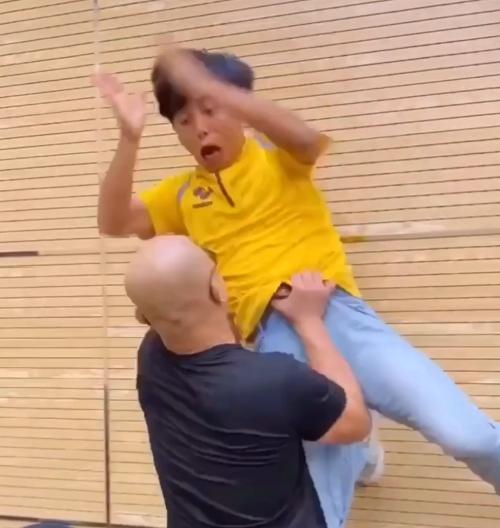 Nóng: Yi Long nhấc bổng đối thủ rồi ném xuống đất; gửi thư tuyên chiến Mike Tyson