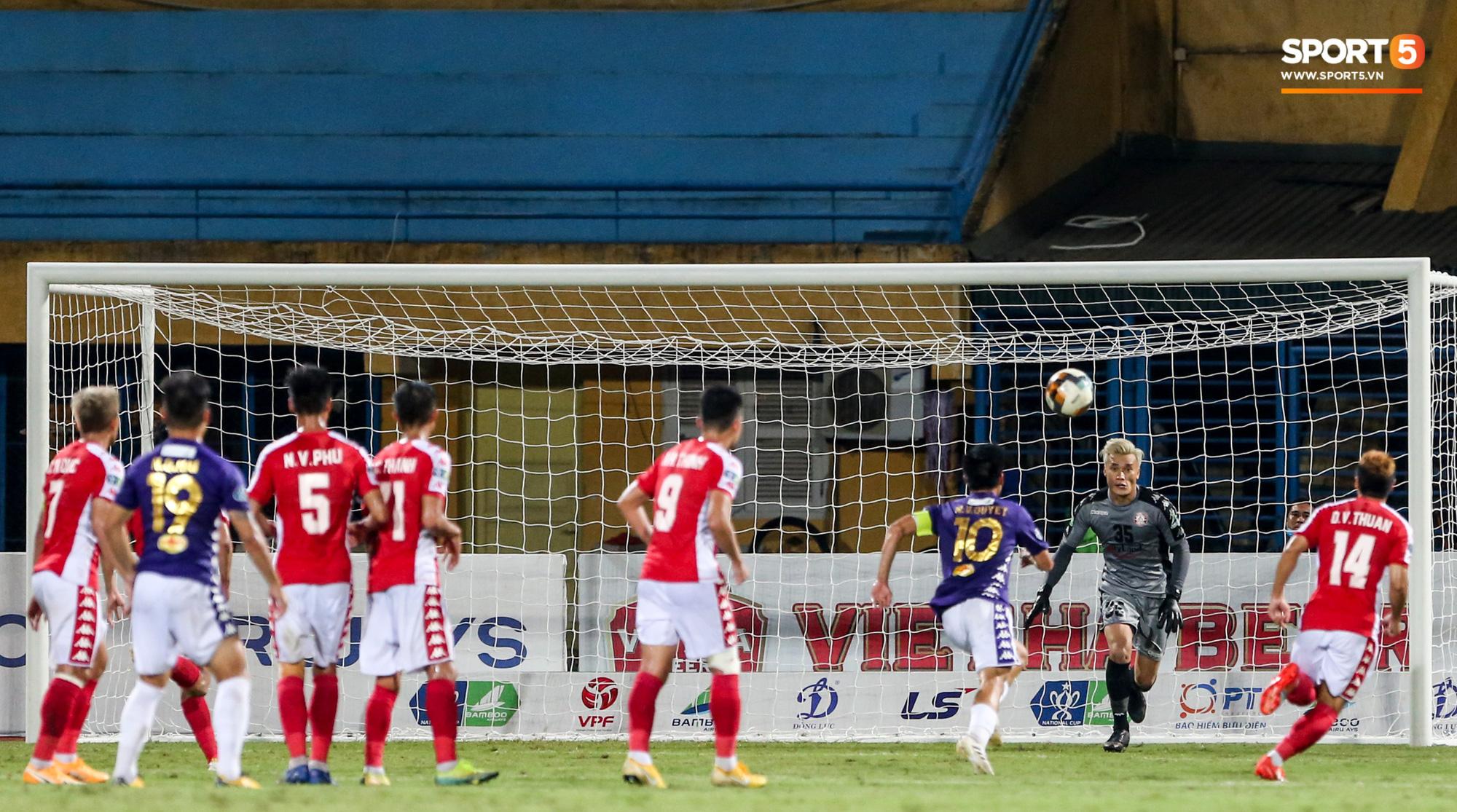 Pha phối hợp này của Quang Hải và Văn Quyết đã thay đổi hoàn toàn diễn biến trận Hà Nội FC gặp CLB TP.HCM (Ảnh: Hiếu Lương)