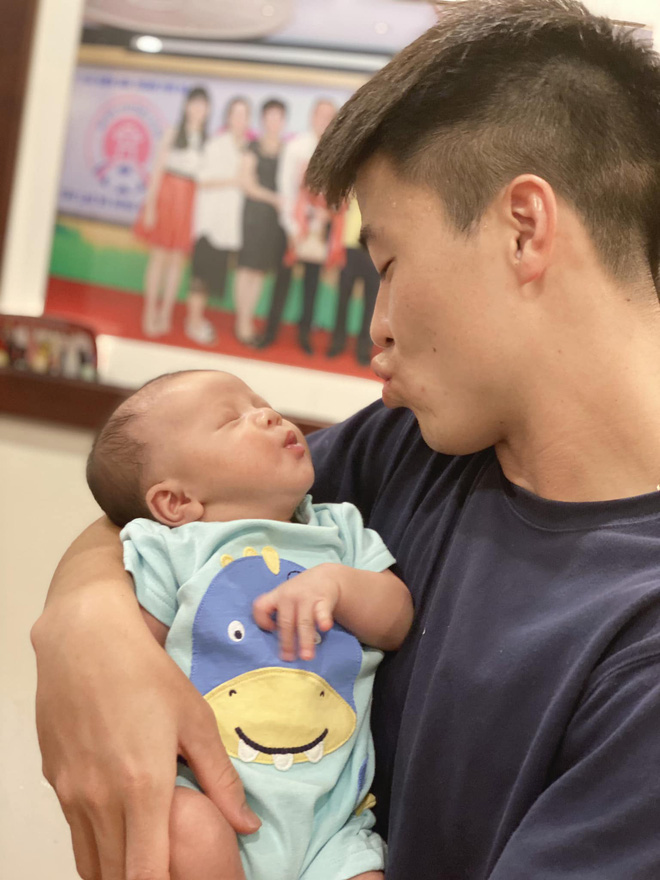 Duy Mạnh làm biểu cảm đáng yêu khi bế con trai (Ảnh: FBNV)
