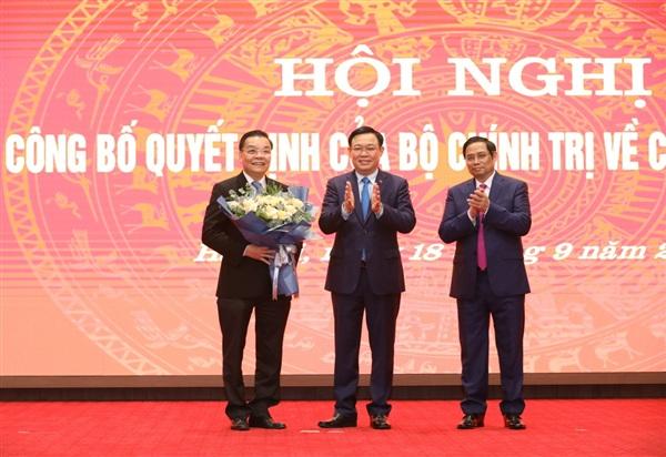 Trưởng Ban Tổ chức Trung ương Phạm Minh Chính và Bí thư Thành ủy Hà Nội Vương Đình Huệ tặng hoa, chúc mừng ông Chu Ngọc Anh.