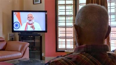 Một người dân xem ông Modi phát biểu trên truyền hình trong giai đoạn phong tỏa. Ảnh: Getty Images