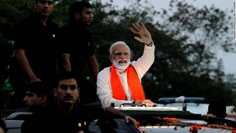 Thủ tướng Modi vẫy chào người ủng hộ trong chiến dịch vận động bầu cử ở Bhubaneswar tháng 4/2019. Ảnh: Getty Images
