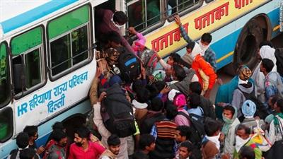 Người lao động chen chân về quê. Ảnh: Reuters