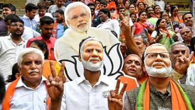 Người ủng hộ đeo mặt nạ hình Thủ tướng Modi ăn mừng chiến thắng trong tổng tuyển cử ngày 23/5/2019. Ảnh: Getty Images