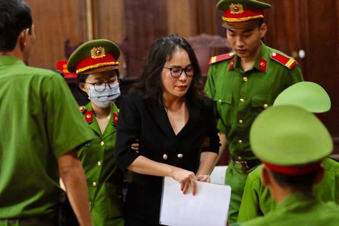 Bà chủ Công ty Hoa Tháng Năm cho rằng bản thân không phải là đồng phạm với bị cáo Nguyễn Thành Tài (Ảnh: HOÀNG TRIỀU)