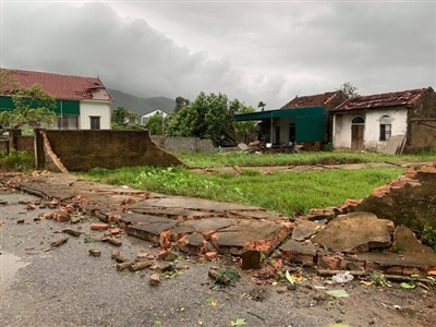Nhiều ngôi nhà thiệt hại do ảnh hưởng của lốc xoáy
