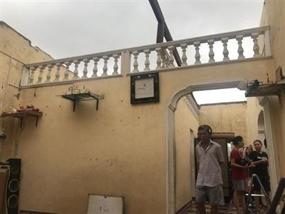 Thời điểm này căn nhà của ông Trần Bi cũng bị gió cuốn phăng cả mái tôn, bay xa hơn 50 m, va đập mạnh vào trạm biến áp.