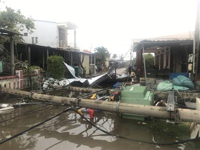 Vào khoảng 9 giờ, khi bão đổ bộ, gió mạnh đã làm cho trạm biến áp ở đường Hoàng Sa, thị trấn Thuận An bị đổ sập.