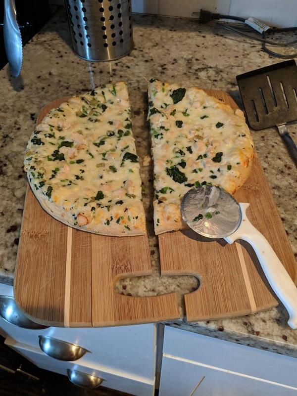 8. Tôi thử cái máy cắt pizza lần đầu tiên và thế là cái thớt cũng 'thăng' luôn.