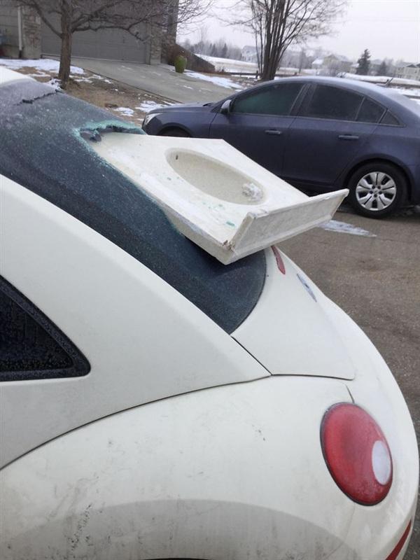 17. Đêm qua, có kẻ nào đó đã ném cái bồn rửa vào xe ô tô của tôi: Dã man thật sự.