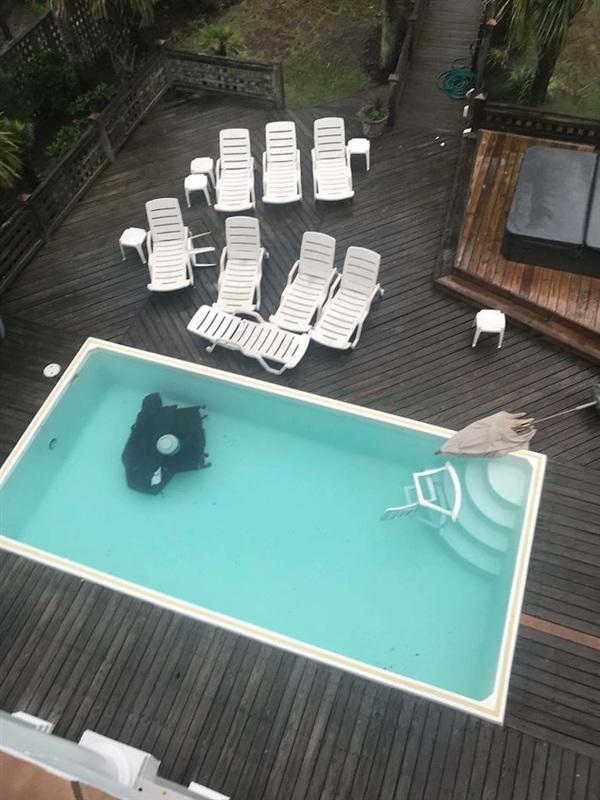 15. Một cơn bão quét qua, ghế nhựa đầy ra thì vẫn nằm im, trong khi cái máy nướng thịt thì bay thẳng xuống hồ bơi mới đau cơ.
