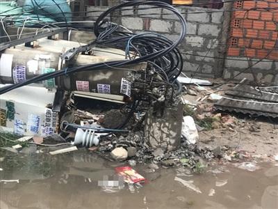 Trạm biến áp ở thị trấn Thuận An đổ sập. Người dân xung quanh một phen hú vía