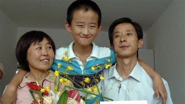 Áp lực học tập và việc trở thành thần đồng đã khiến cha mẹ Zhang dù hết lòng thương con nhưng tình cảm của 3 người vẫn bị rạn nứt.