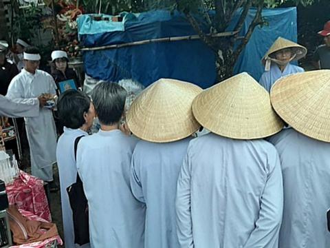 Hàng xóm đến rất đông để lo hậu sự cho bà cụ