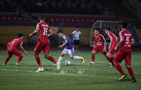 Màn đối đầu giữa những tuyển thủ quốc gia trong màu áo của 2 CLB rất được chờ đợi. - Ảnh: TTXVN