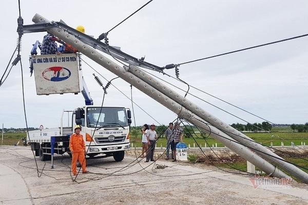 Công nhân Công ty điện lực TT-Huế xử lí cột bị nghiêng đổ tại tuyến QL 49B.
