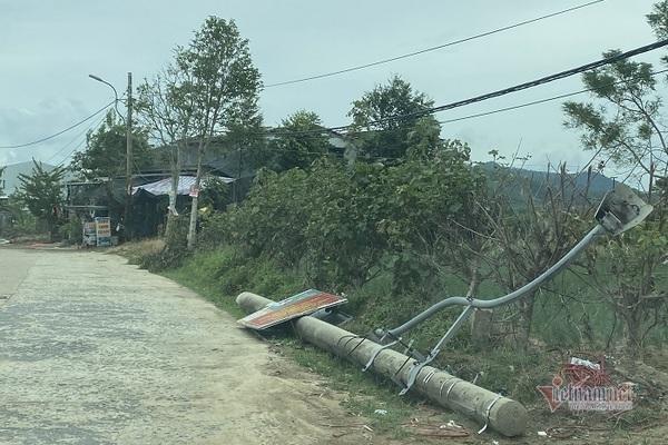 Cột điện gãy đổ nằm la liệt trên đường Cao Văn Khánh (phường Hương An, thị xã Hương Trà)