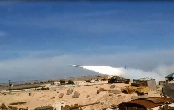 Tên lửa Buk-M2 của Syria khai hỏa đánh chặn mục tiêu.