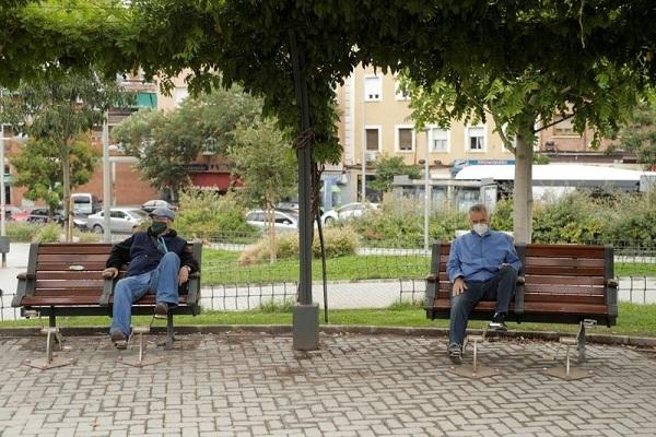 Người dân Madrid thực hiện 'giãn cách xã hội' ngày 19/9. Ảnh: Reuters