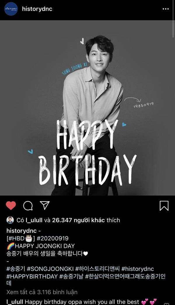 Công ty chủ quản đăng tải hình ảnh chúc mừng sinh nhật Song Joong Ki, để ý kỹ dòng chữ History DNC chú thích là màu xanh da trời