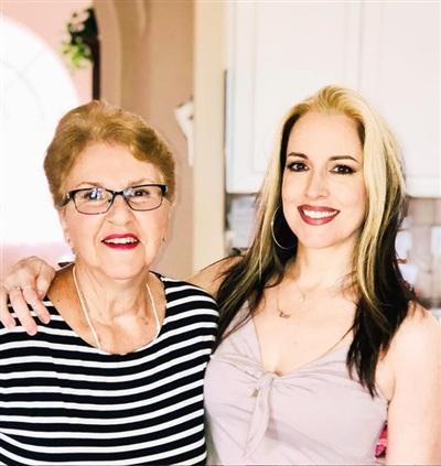 Lori chụp ảnh cùng mẹ của mình