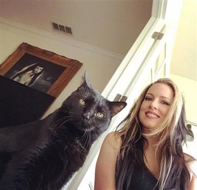 Lori chụp ảnh cùng mèo của mình.