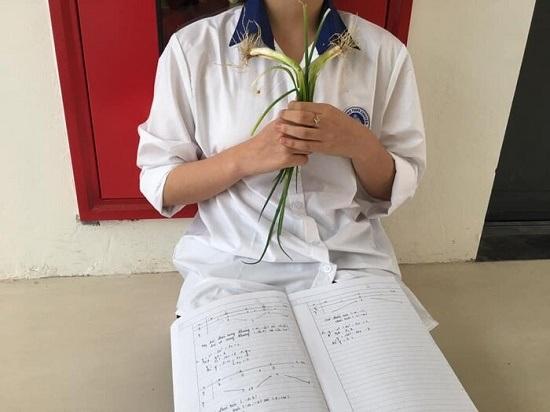 Nữ sinh cầm theo hành lá học bài khiến nhiều người ngỡ ngàng.