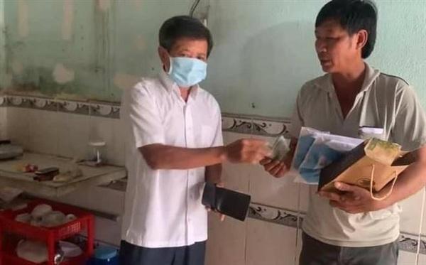 Thấy hoàn cảnh bệnh nhi khó khăn, khi chở bé về quê, ông Đoàn Ngọc Hải đã bỏ tiền cá nhân giúp đỡ. Ảnh: Facebook