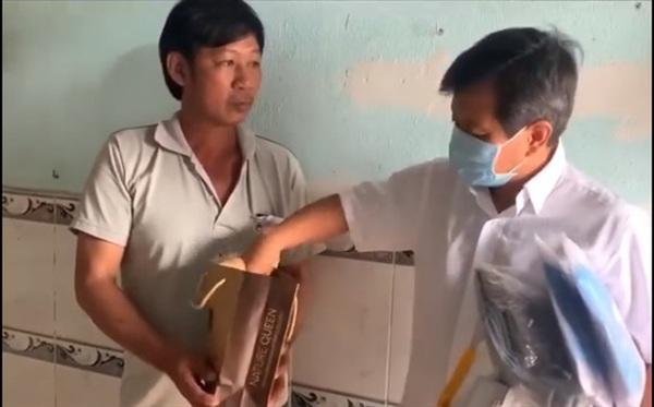 Ông Đoàn Ngọc Hải tặng quà và tiền cho gia đình bệnh nhi nghèo ở Bình Dương. Ảnh cắt từ clip.