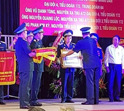 Xạ thủ Nguyễn Quang Lộc tại buổi lễ đón nhận danh hiệu Anh hùng LLVT nhân dân.