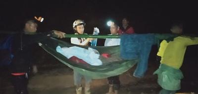 Chị Nhút được trai làng đặt trên võng khiêng đến TTYT huyện cấp cứu Ảnh: Teo Lang