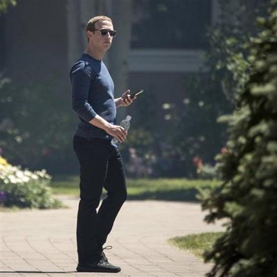 CEO Facebook - Mark Zuckerberg dùng điện thoại Android trong bức ảnh được chụp vào tháng 11/2018. (Ảnh: Drew Angerer/Getty Images)