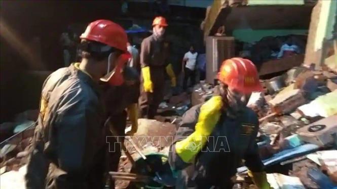 Lực lượng cứu hộ chuyển nạn nhân khỏi đống đổ nát của tòa nhà bị sập tại thành phố Bhiwandi, bang Maharashtra, Ấn Độ ngày 21/9/2020. Ảnh: ANI/TTXVN