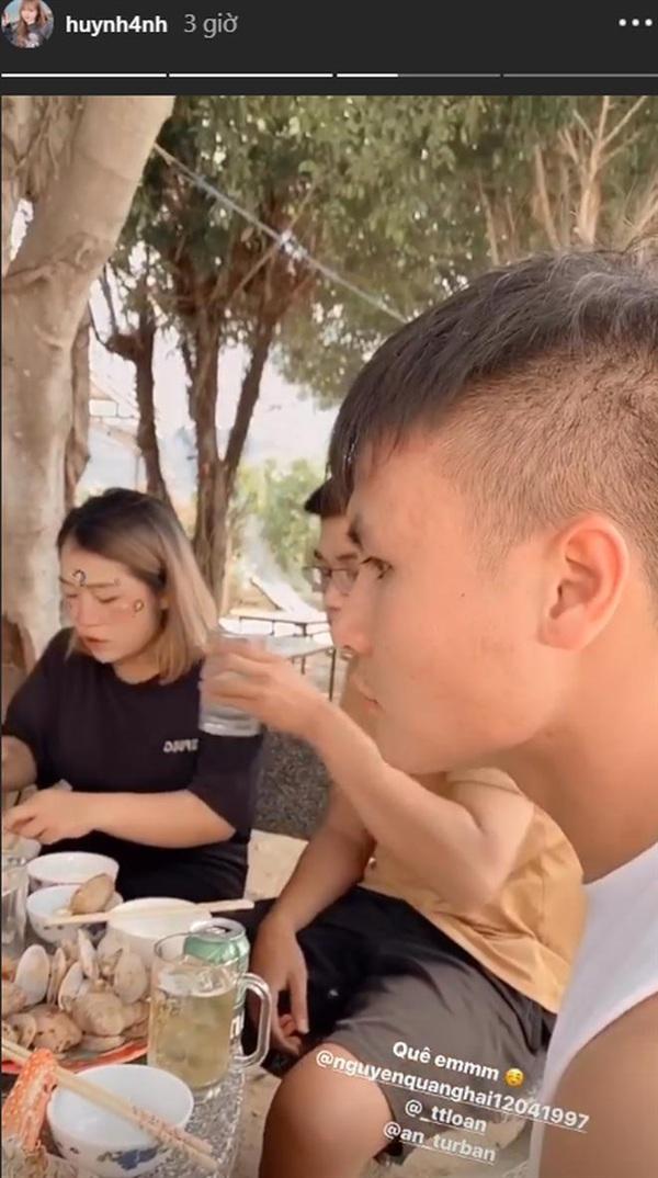 Bữa cơm đậm chất 'quê biển' mà Huỳnh Anh chiêu đãi Quang Hải.